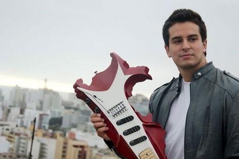 Presentan guitarra con forma del mapa del Perú