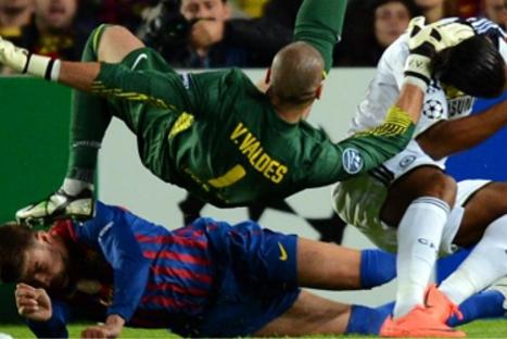 Gerard Piqué terminó incosciente tras choque con Valdés y Drogba.