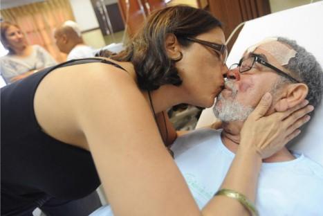 Andy Montañez se recupera en compañía de su esposa