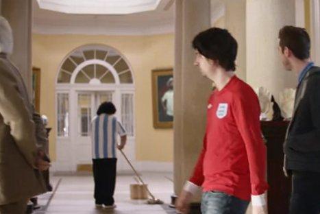 Ingleses parodian a Maradona en spot publicitario