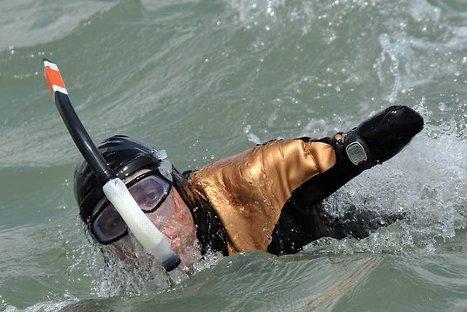 Francés sin piernas ni brazos cruzó tramo entre Asia y Oceanía nadando