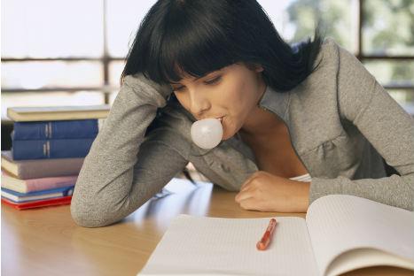 Masticar chicle causa migraña en los adolescentes