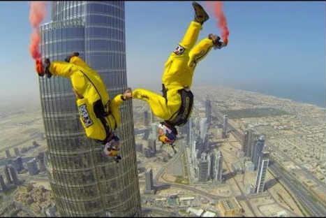 Insólito: dos hombres se lanzan desde el edificio más alto del mundo -VIDEO