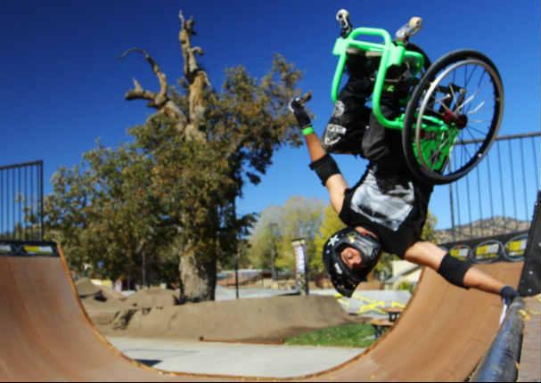 Un hombre practica deportes extremos sobre su silla de ruedas video internacionales radio - Deportes en silla de ruedas ...