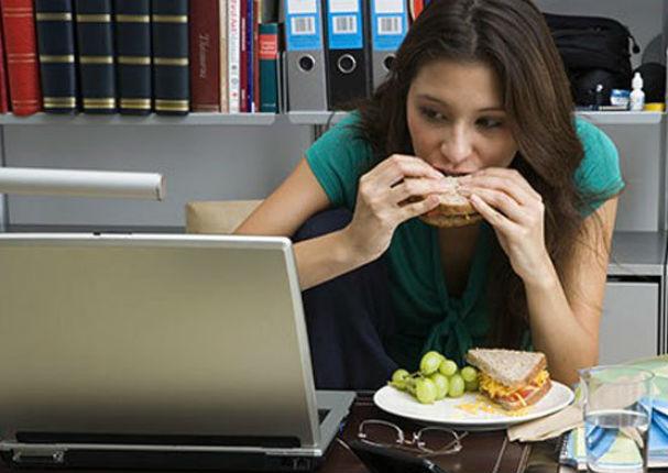 ¿Comes frente a la computadora? Te contamos por qué esto es malo para tu salud