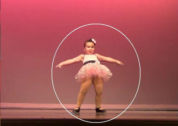 ¡Muy tierna! Esta niña se roba el show en un baile grupal (VIDEO)