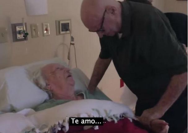 ¡Conmovedor! Le cantó a su esposa la canción más romántica del mundo (VIDEO)