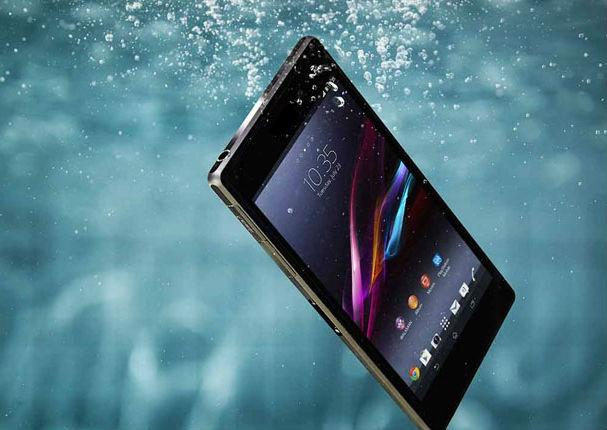 ¿Qué hacer cuando se cae al agua tu celular?