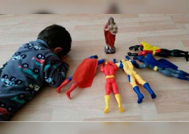 Niño rezando con sus muñecos conmueve a las redes sociales