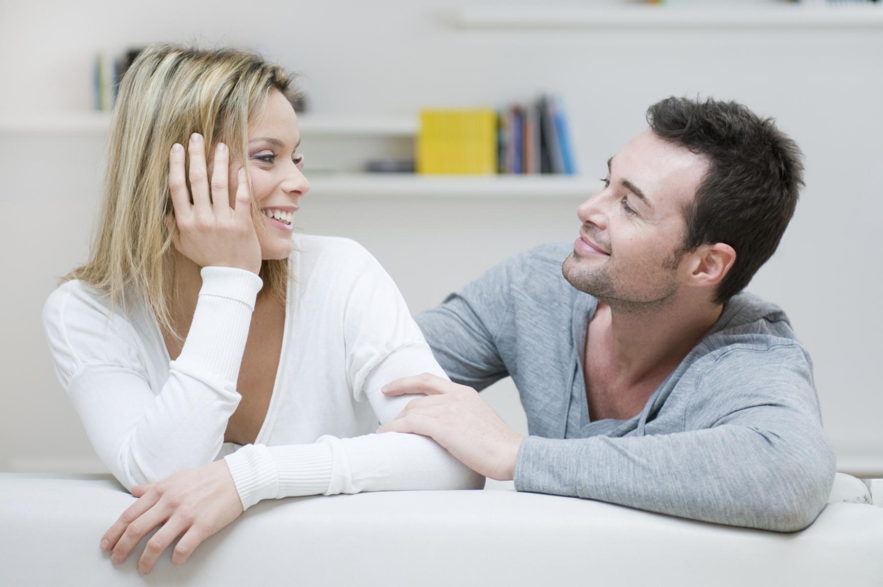 Resultado de imagen para pareja conversando