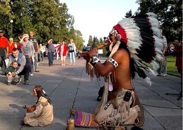Facebook: Hombre vestido de indio toca 'El Cóndor Pasa' en calles de Polonia (VIDEO)