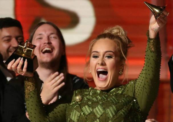 Adele rompió su Grammy para darle la mitad a Beyoncé