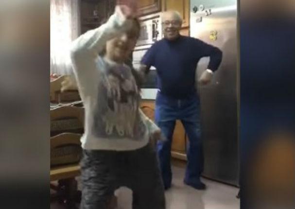 YouTube: Joven bailaba y su abuelo le robó el show