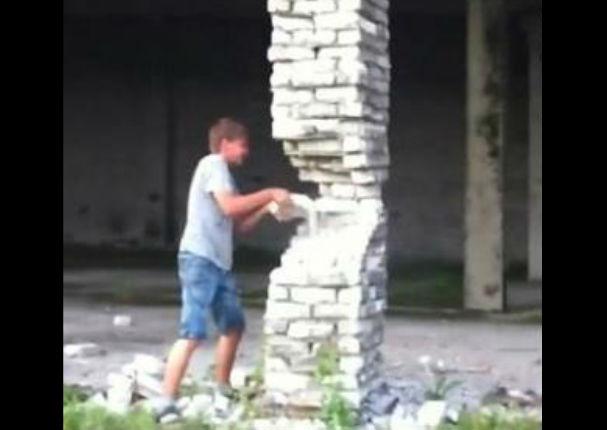 Viral: 'Tumbó' edificio con solo golpear con un ladrillo  - VIDEO