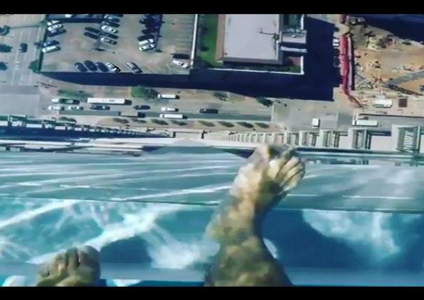 YouTube: Mira esta piscina con fondo de cristal  en un edificio ¡OMG!