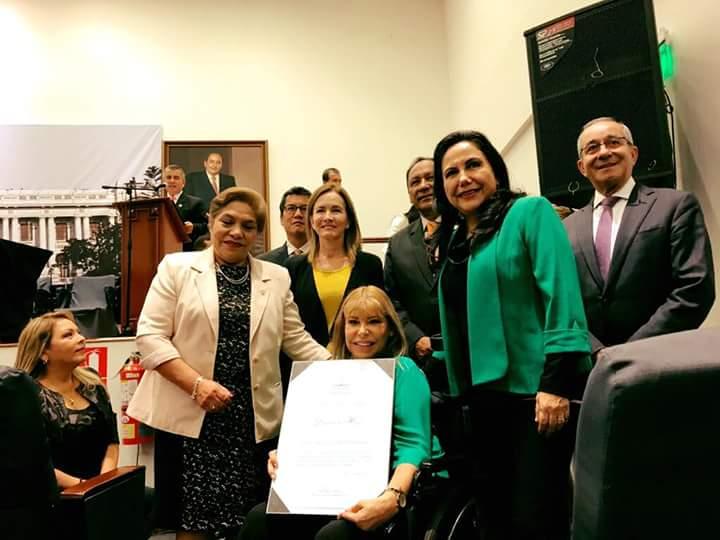 Gina Parker recibe distinción del Congreso de la República