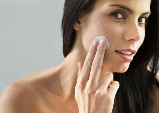 ¡Es un error! Hacer esto cuando te aplicas crema en el rostro es perjudicial