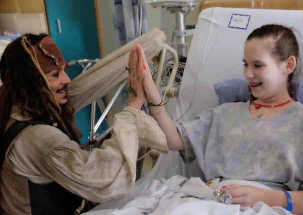 Johnny Depp se puso el traje de Jack Sparrow y sorprendió a niños en hospital