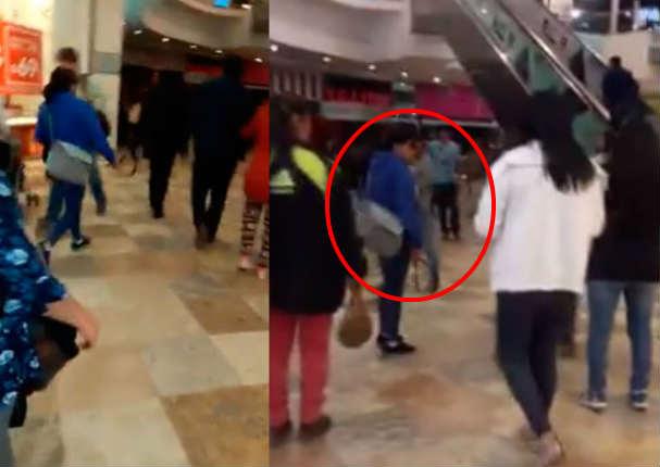Mujer golpea con una correa la cara de su hijo en centro comercial - VIDEO