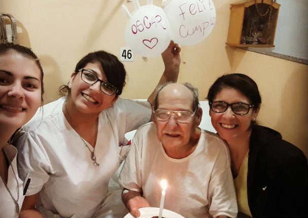 Abuelito se 'enfermó' para no pasar solo su cumpleaños