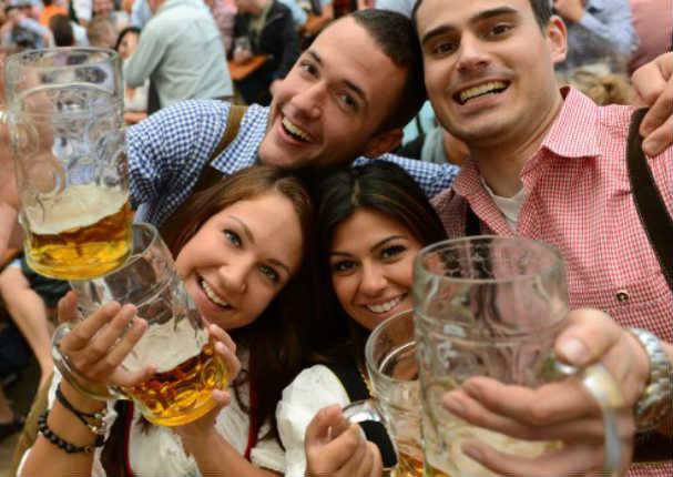 ¿Sabías que el consumo de alcohol te ayuda a hablar mejor en otros idiomas?