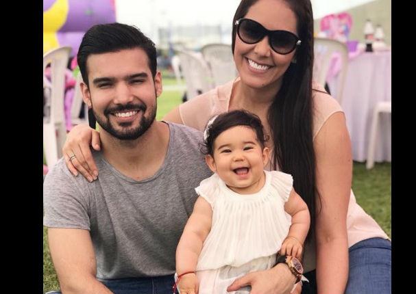 Bebé de Karen Schwarz cautiva Instagram con tierna risa (VIDEO)