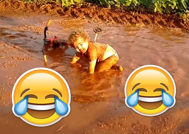 Viral: Alégrate el día viendo a este tierno niño nadando en lodo (VIDEO)