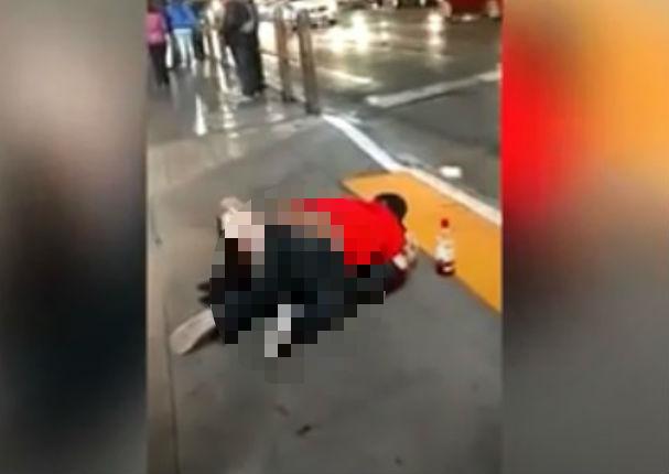 ¡Indignante! Mujer ebria es abusada por desconocido y nadie hace nada (VIDEO)