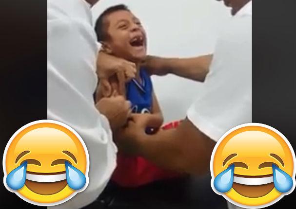 Mira la reacción de este niño al ser vacunado por primera vez ¿Le duele o le da cosquillas?