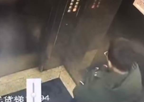 Youtube viral: Niño orina en ascensor y este lo castiga de la peor manera (VIDEO)