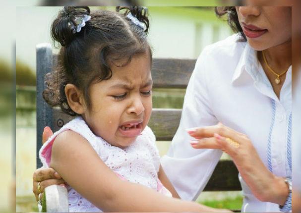 Padres: Es fundamental que no hagas esto si tu hijo se golpea la cabeza (VIDEO)
