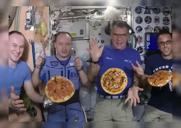 Viral: Astronautas se divierten haciendo pizza en el espacio (VIDEO)