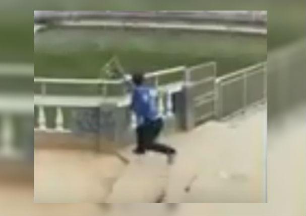 Youtube Viral: Hombre empuja a simio al agua pero recibe su merecido (VIDEO)