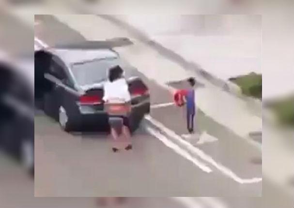 Facebook Viral: Mujer abandona a su hijo en la calle y el mundo se indigna (VIDEO)