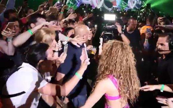 Shakira bajó del escenario en pleno concierto y dejó en shock a fans (VIDEO)