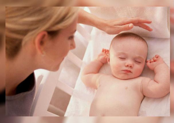 Padres: Conoce las posiciones peligrosas para un bebé a la hora de dormir (VIDEO)
