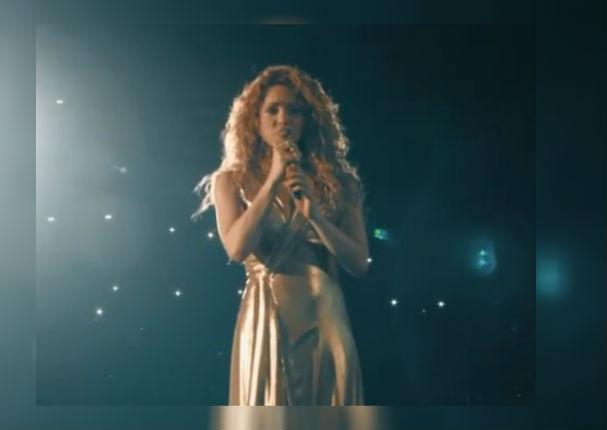 Shakira canta en francés y causa gran emoción en concierto (VIDEO)