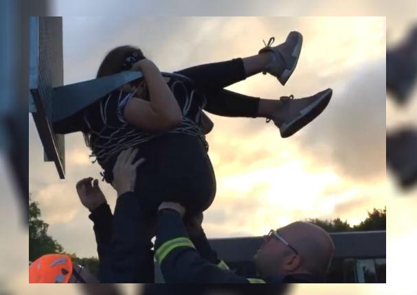 Facebook: Menor queda atorada en canasta de Baloncesto y se vuelve viral (VIDEO)