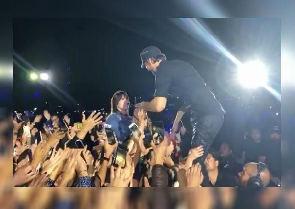 Enrique Iglesias rompe protocolo para protagonizar apasionado beso con fan (VIDEO)