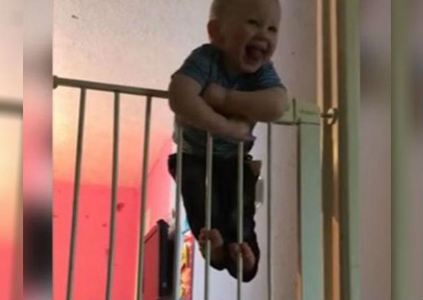 Youtube Viral: Bebé demuestra sus habilidades para escalar y asombra a todos (VIDEO)