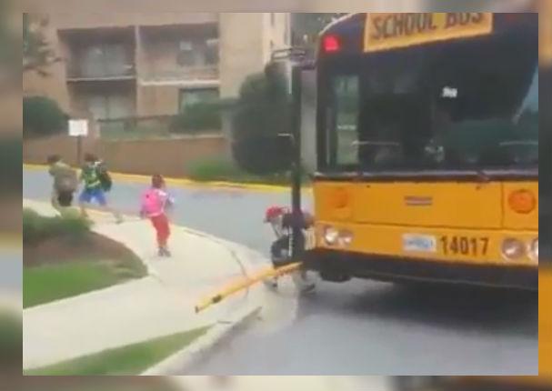 Mira lo que sucede cuando un bus escolar se detiene en Canadá (VIDEO)