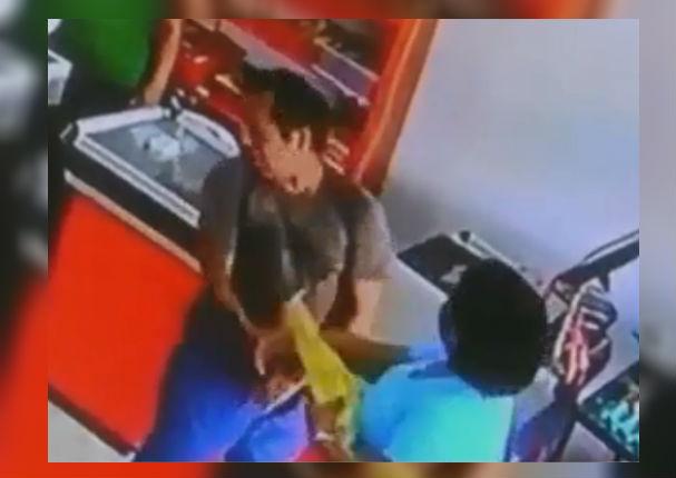 Tarapoto: Dueña de minimarket agarra a cachetadas a ladrón (VIDEO)