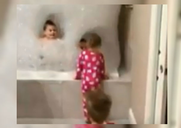Youtube: El baño de espuma que se volvió viral gracias a los padres (VIDEO)