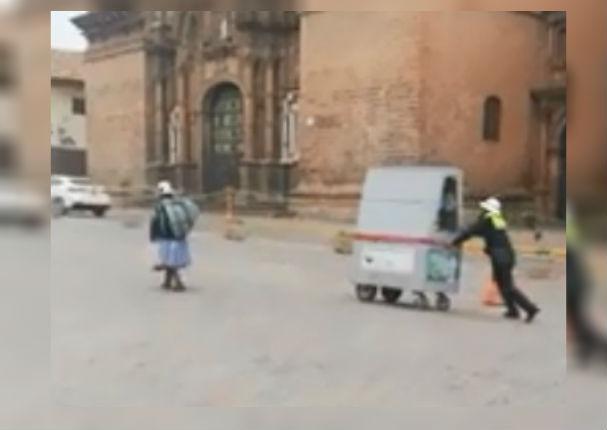 Policía se lleva el aplauso de todos por ayudar a anciana con carrito de dulces (VIDEO)