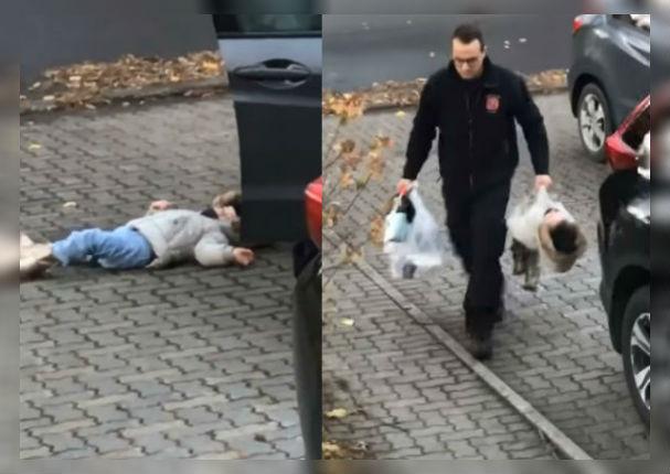 Padre pierde la paciencia con su hija y la carga como bolsa de mercado (VIDEO)