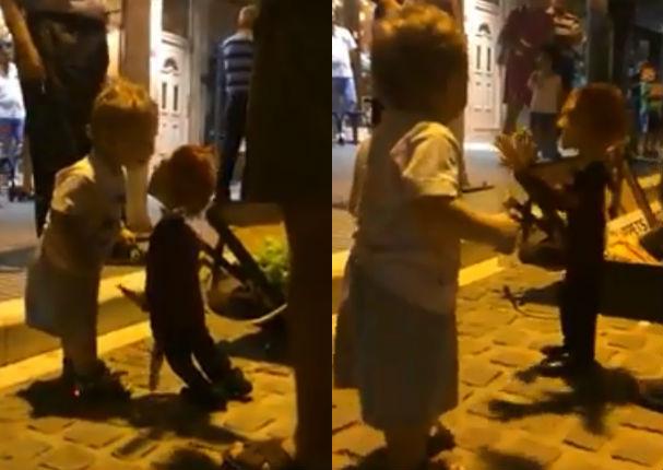 Niño de 2 años y títere protagonizan tierno momento en vía pública (VIDEO)