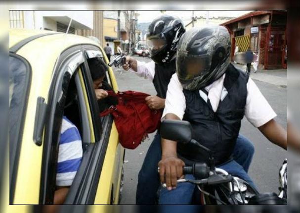 Prohíben la circulación de dos personas a bordo de una moto lineal