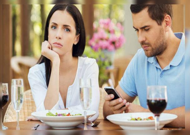 ¿Cómo saber si tu pareja te está siendo infiel con una persona cercana?