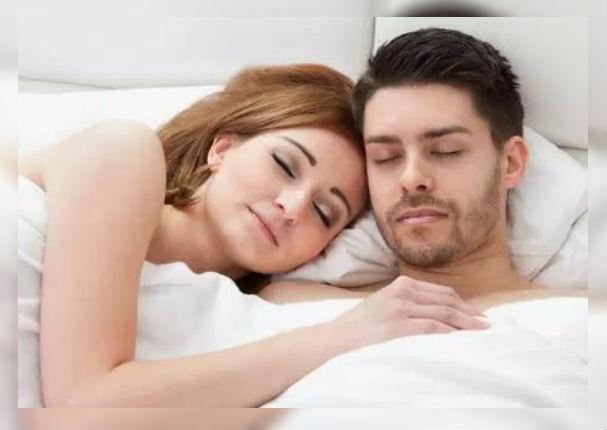 Beneficios de dormir en pareja 'sin pijama'
