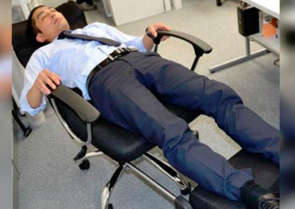 Novedosa silla te permite dormir en el trabajo sin ser visto por tu jefe